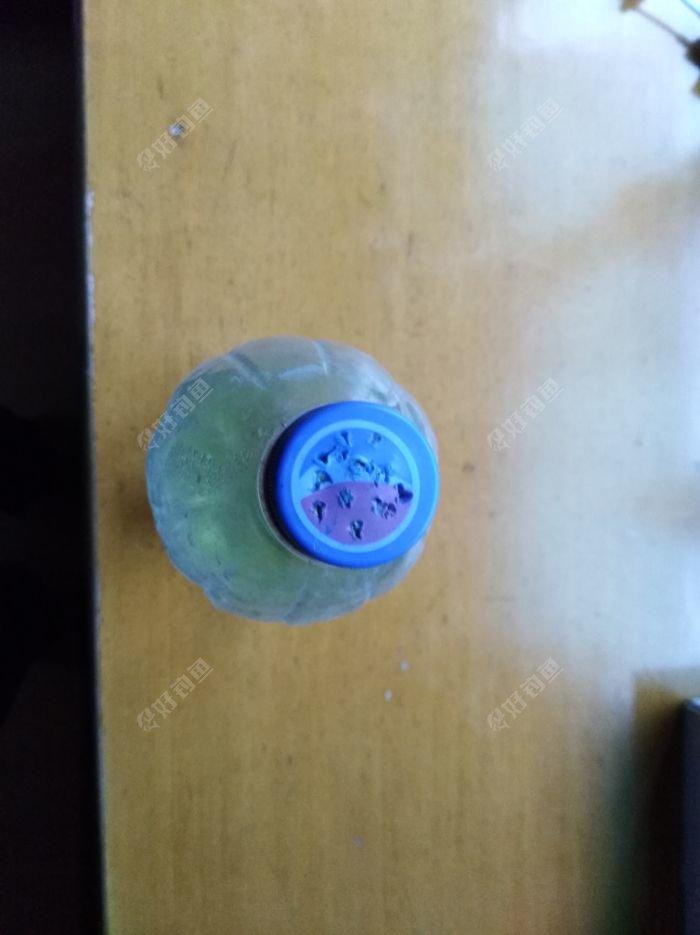 瓶盖戳洞,倒过挤就可洒水用。