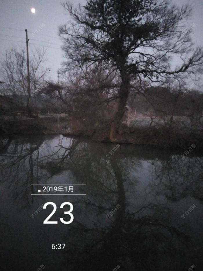 整个河道不宽,3.9米的杆子基本就能打到中间了。