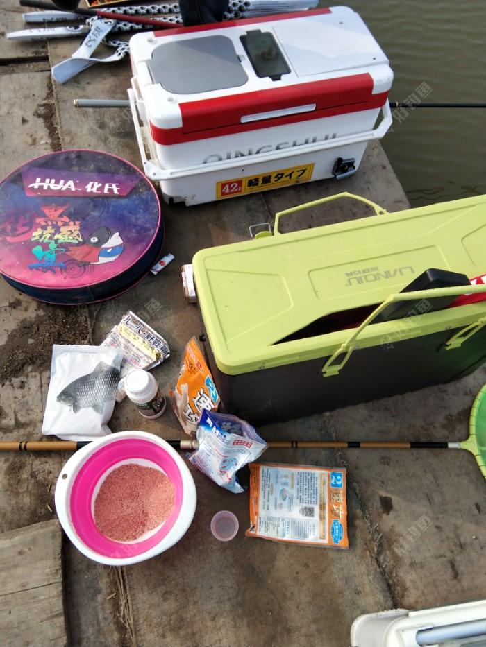 接了朋友到达战场,先收拾一下装备,他带的东西极其的多,就像开杂货铺一样,我带的很少,两个箱子搞定。