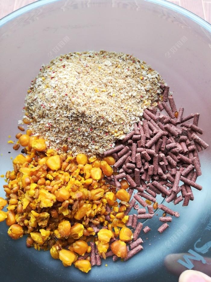 这是我连续做窝的窝料,五谷杂粮加红虫蚯蚓颗粒再加底窝