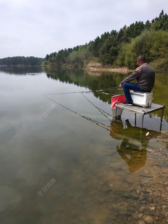看看渔具店的老板钓鱼,东张西望的,似乎也没什么心思钓鱼了😰😰😰也没上什么鱼!