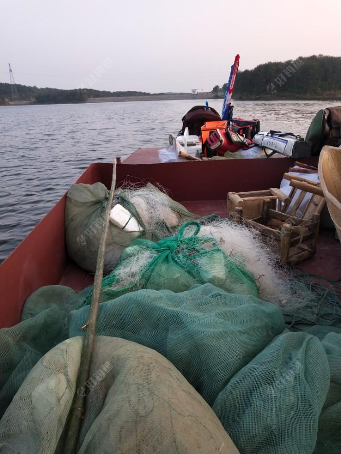 现在这个季节,库尾不让钓,水库坝头水又太深了,只有坐船到水库中段的两岸边上作钓,这里的水深稍浅一些...