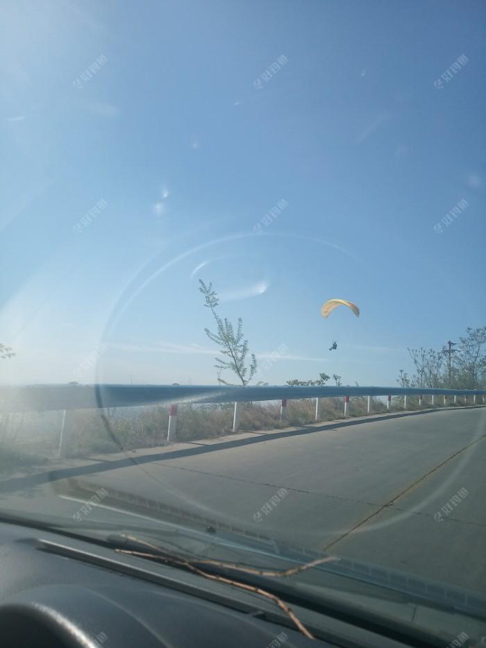 这里还有跳伞爱好者!有三个,这是其中的一个!