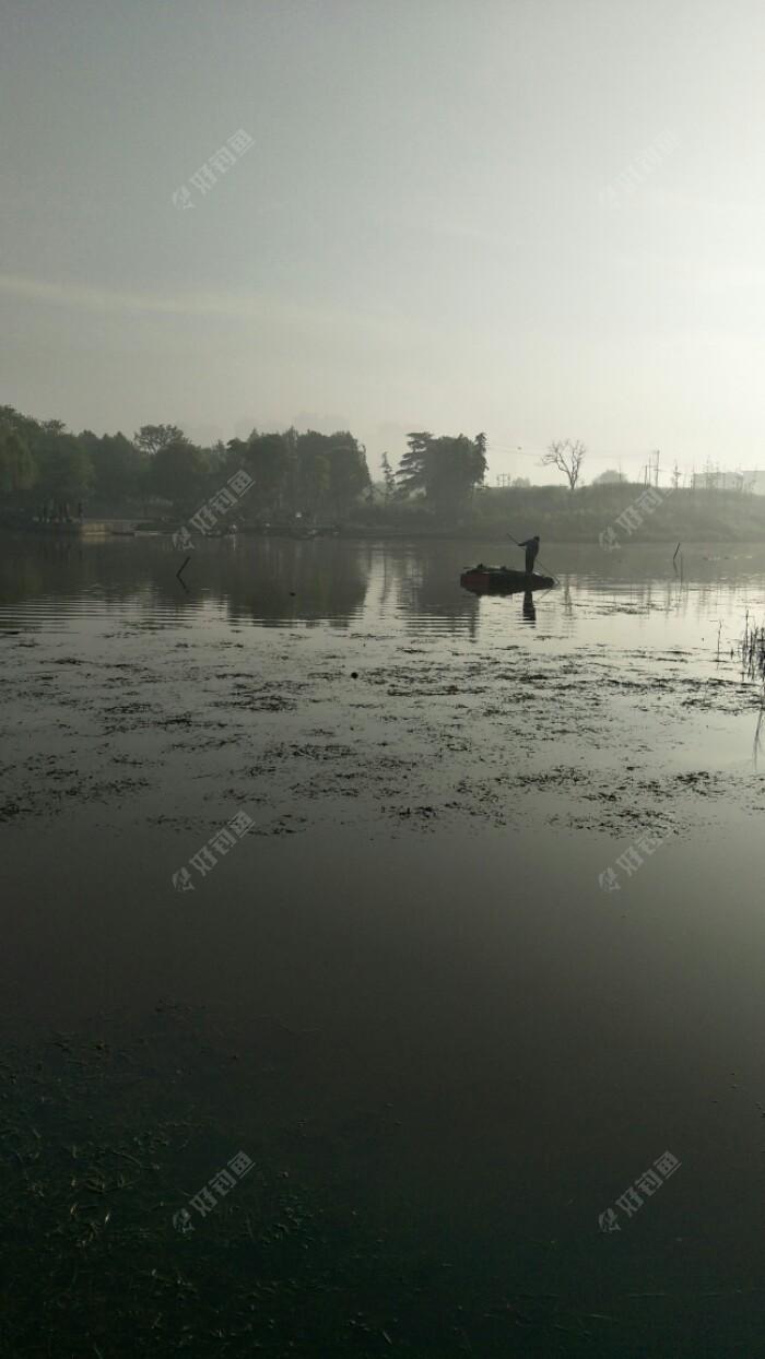 这个网工也是一天不拉,每天很早就在河里忙碌!很勤劳!就是每次没什么收获,好几条网都没有鱼。每天网每天网大鱼都快被你们这些人捕尽了,哪来那么多大鱼给你捕?可恶