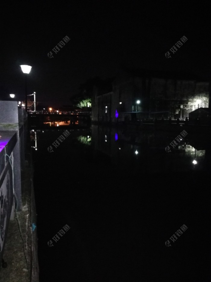 左边有一位钓友在做钓,蓝灯照到对岸的房子墙上像是紫色的,这位钓友最后空军收场,走的时候说天气闷鱼儿上浮了,其实我不觉得是😂