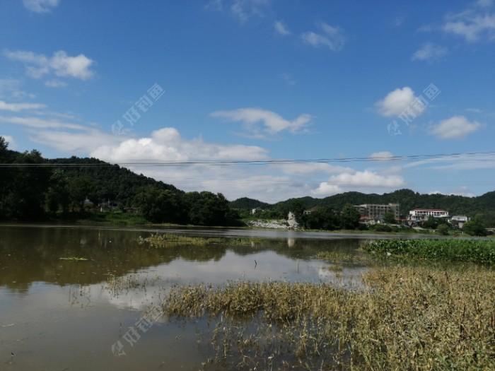 河中间是电线,离着有几十米