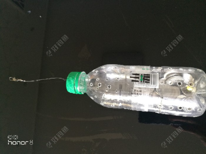 做好后的样子,讲瓶盖端掺进瓶底端