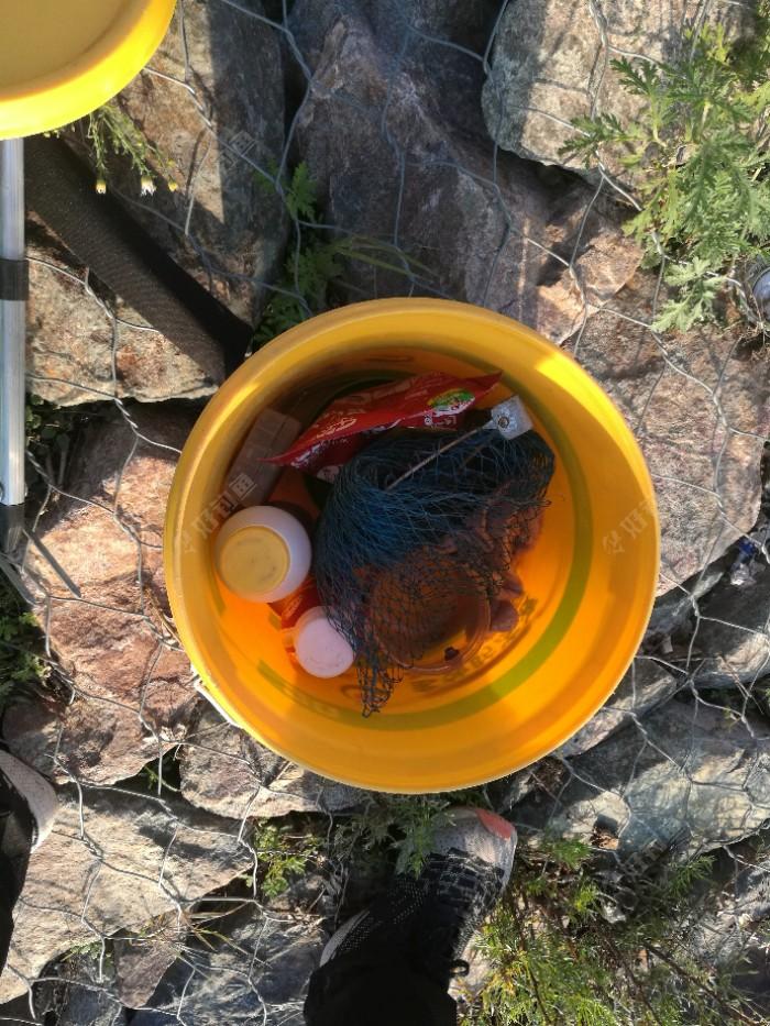 到达钓点,准备开饵,小桶里装备齐全。由于有的饵料没有自封口,所以就用饮料桶装了。由于时间紧,又怕小孩掉水里,开饵过程就没有拍照,毕竟孩子重要。