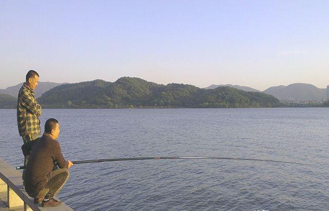 野河釣魚,掌握老釣手分享的垂釣策略,連桿不是事