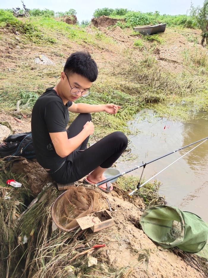 陈老弟在摘鱼,他用粘粉都不小