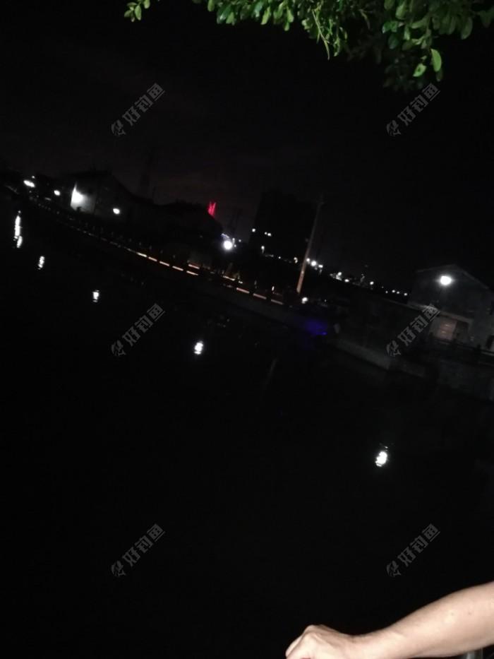桥的对面,有几个钓在在夜钓,不过照片拍不出来