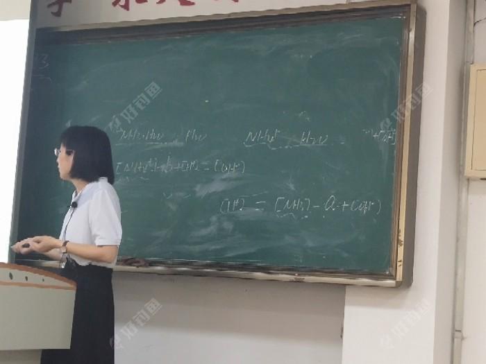 这是我们的分析化学老师,我做第三排有时候还看不到黑板,经常拿手机拉进看内容记笔记