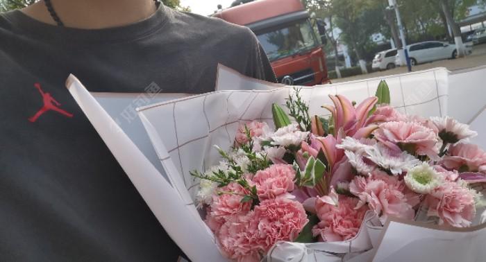 清晨抱着康乃馨搭配粉百合,送给我们可爱的班主任
