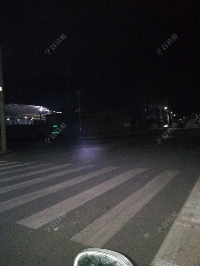 下夜班时天还黑着,工业园区里的路上
