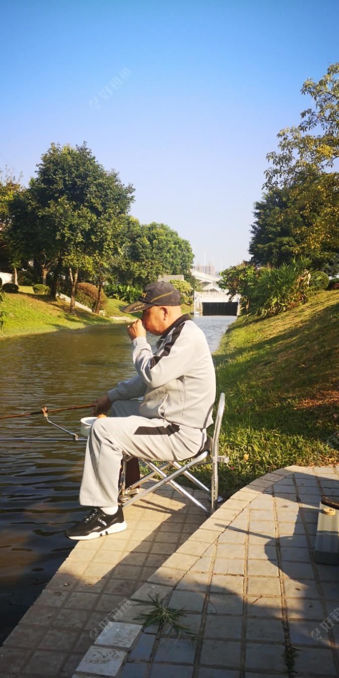 这老头是辽宁人,在这里钓鱼已经一年多了,我们打过招呼之后,还有聚精会神的在钓鱼。