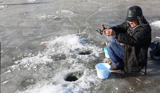 换角度看冰钓:如何寻找黄金钓位?放鞭炮是个好办法