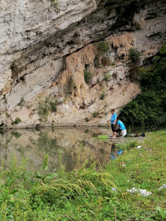 这个是上次的位置,现在玩筏竿的钓友走了,有两个小伙子在冲钓红尾巴,收获还可以,个头不很大