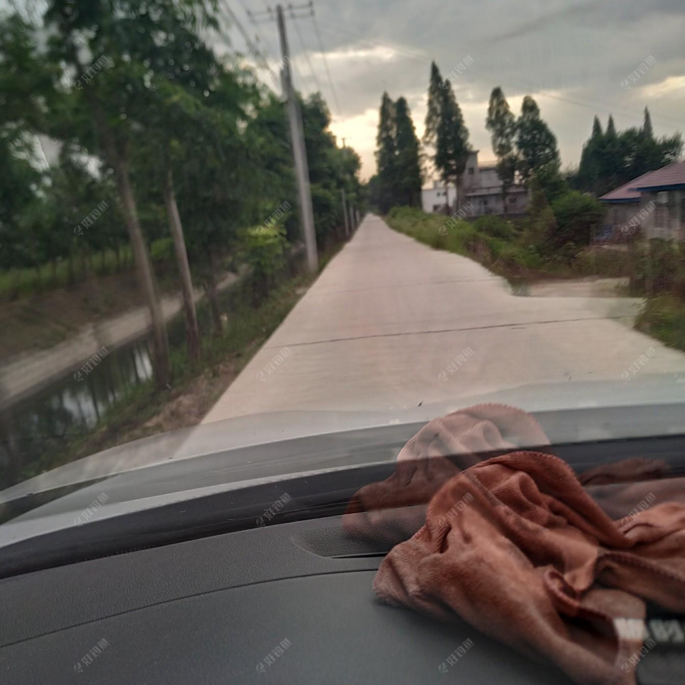 乡间小路,也是水泥路了。以前的土路,人走上去可以感受到土地的酥软。现在可没有这个感觉了!!