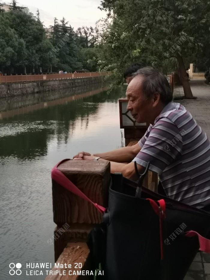 老钓友老许来我边上看钓鱼,我把钓凳给他坐了。
