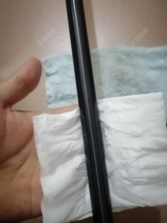 用纯棉的纸巾,带一点点水。轻轻擦去鱼竿上面的灰尘,沙子。