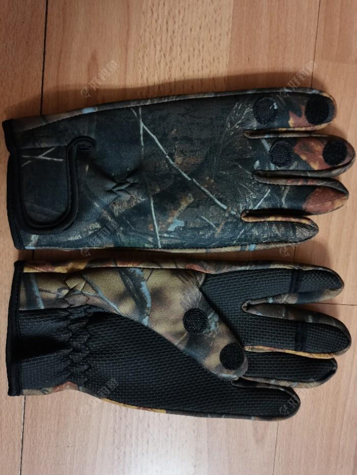 总结:经过今天对手套的试用,体现出以下几点实用性:一、解决了冬钓湿手问题。二、手掌压花设计起到抓鱼防滑的作用。三、用户可以根据使用,选择露指或不露指。四、魔术贴