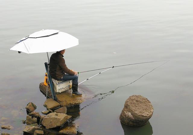 古稀老钓客仅凭一副线组,钓获斤鲫易如反掌