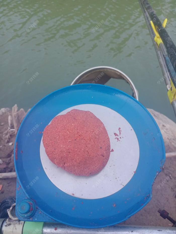 由江湖猎人翘嘴料和千里香再加入虾粉拉丝粉组成仔饵团。详细比例见帖文。