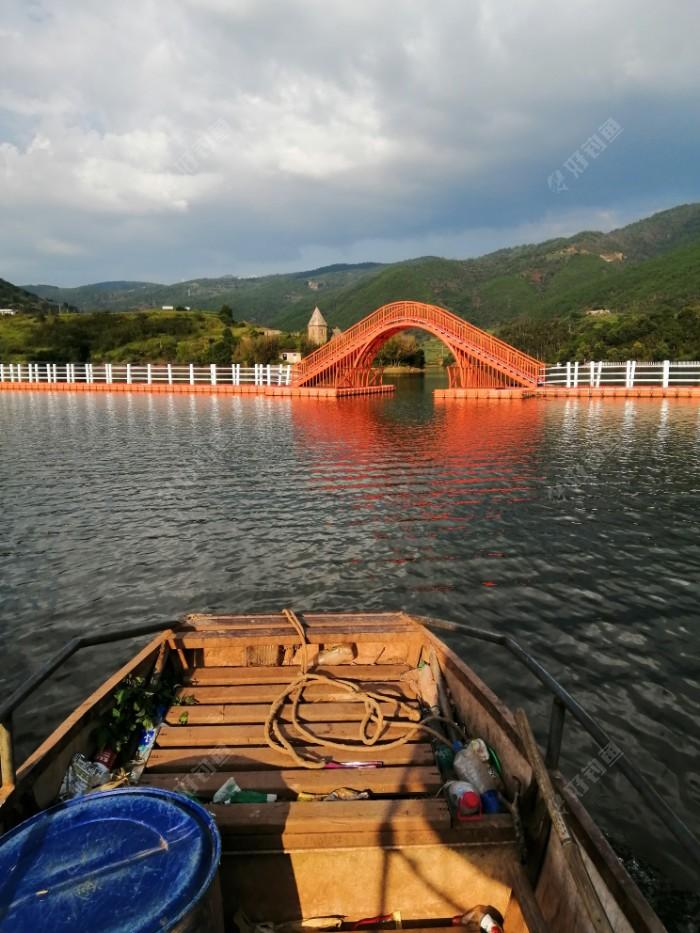 乘船经过,从鱼跳楼山庄通向对岸浮桥桥洞。